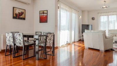 Penthouse in urban villa for rent, tennis court
