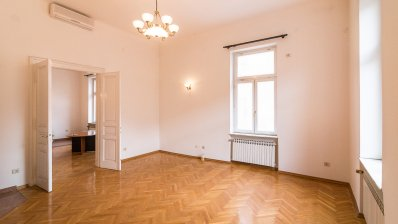 Centre renovated apartment 160m2 in palace